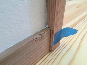 ④2階子供室入口巾木と建具枠割れ.jpg